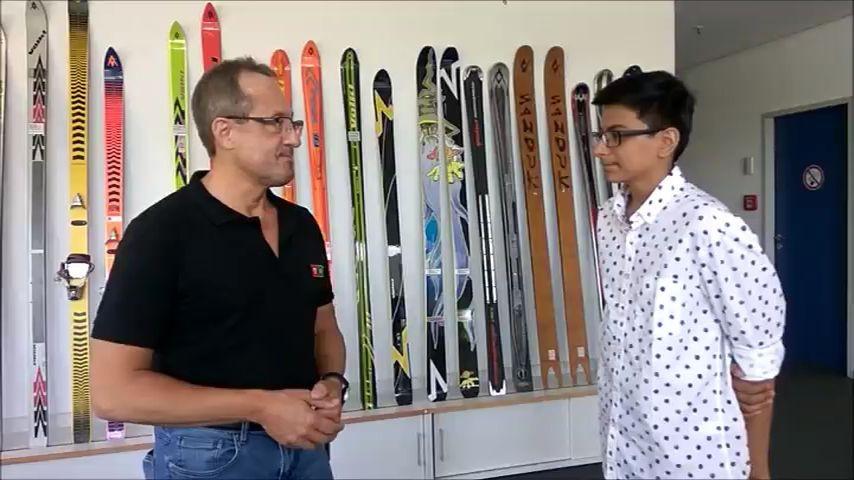 Ein Austauschschüler interviewt einen Mitarbeiter der Firma Völkl